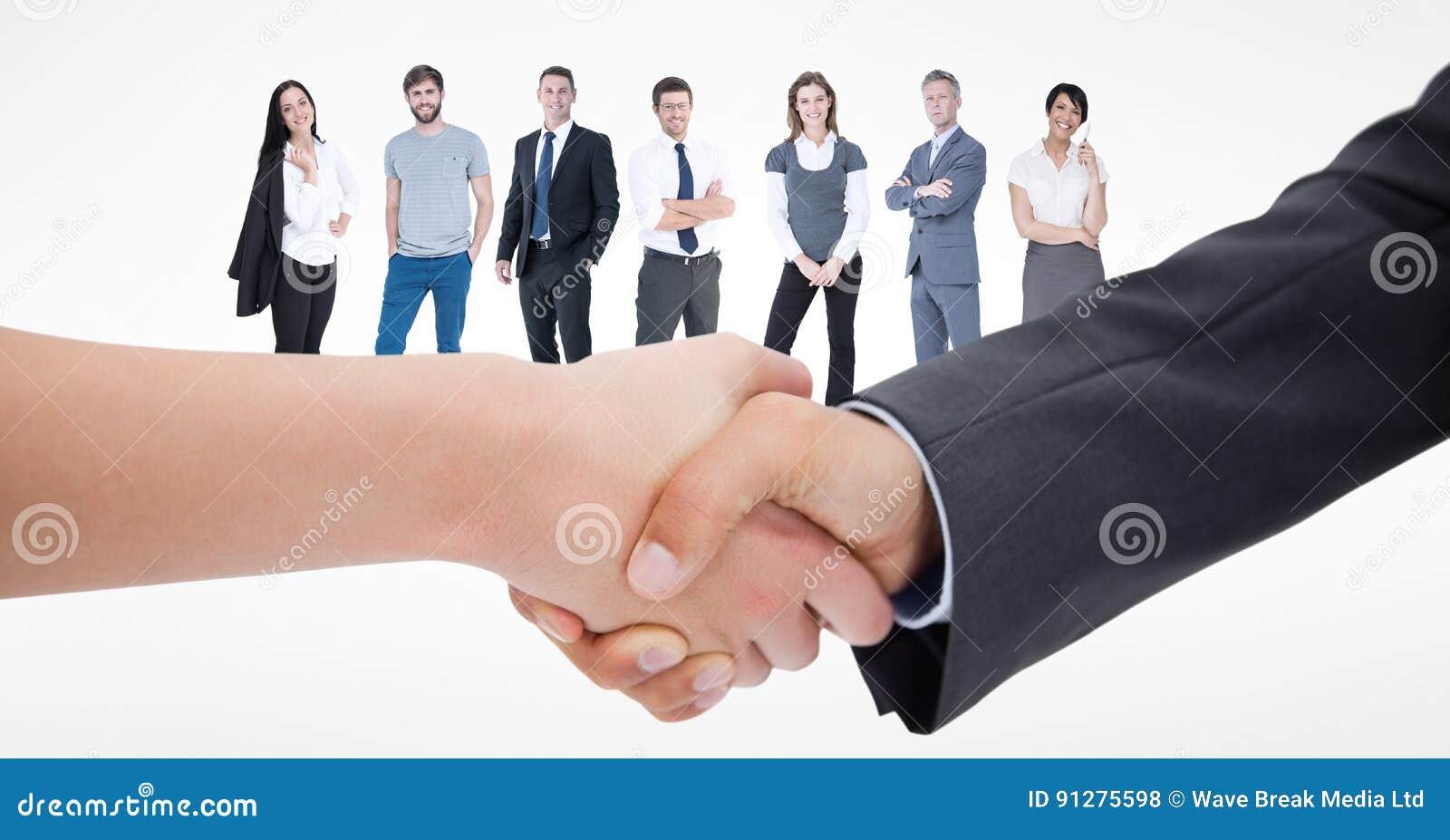 Närbild av handskakningen med affärsfolk i bakgrund