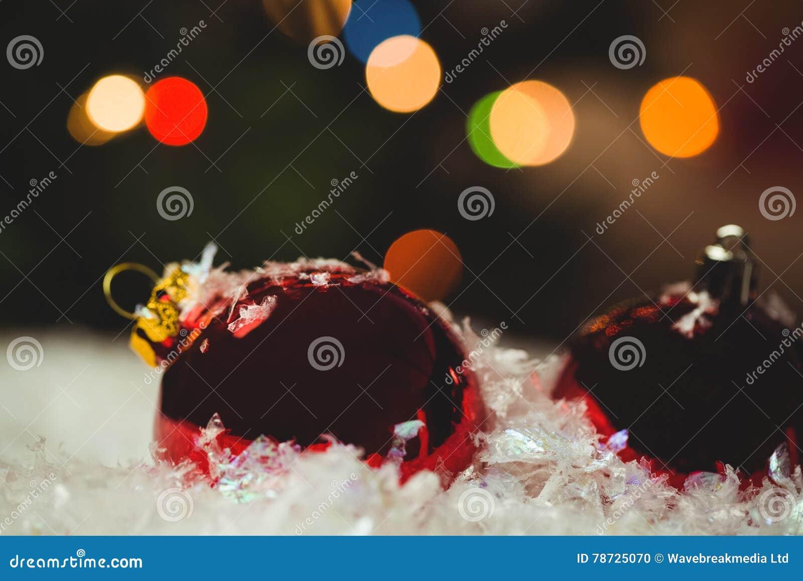 Närbild av julstruntsaker på snö