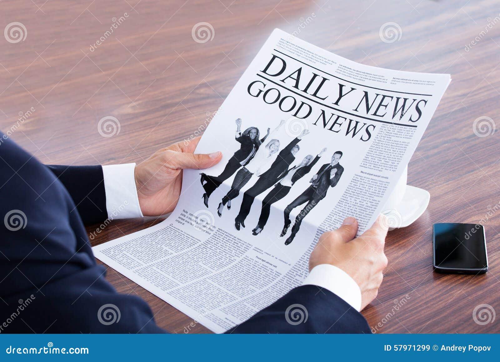 Närbild av läs- nyheterna för affärsman