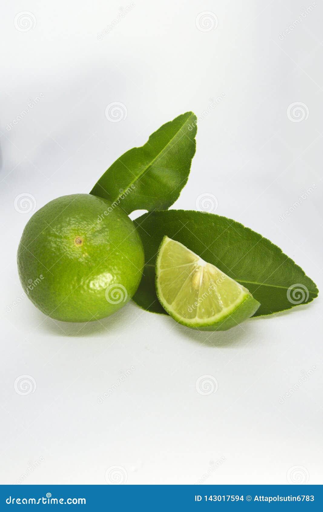 Närbild av limefrukter på vit bakgrund