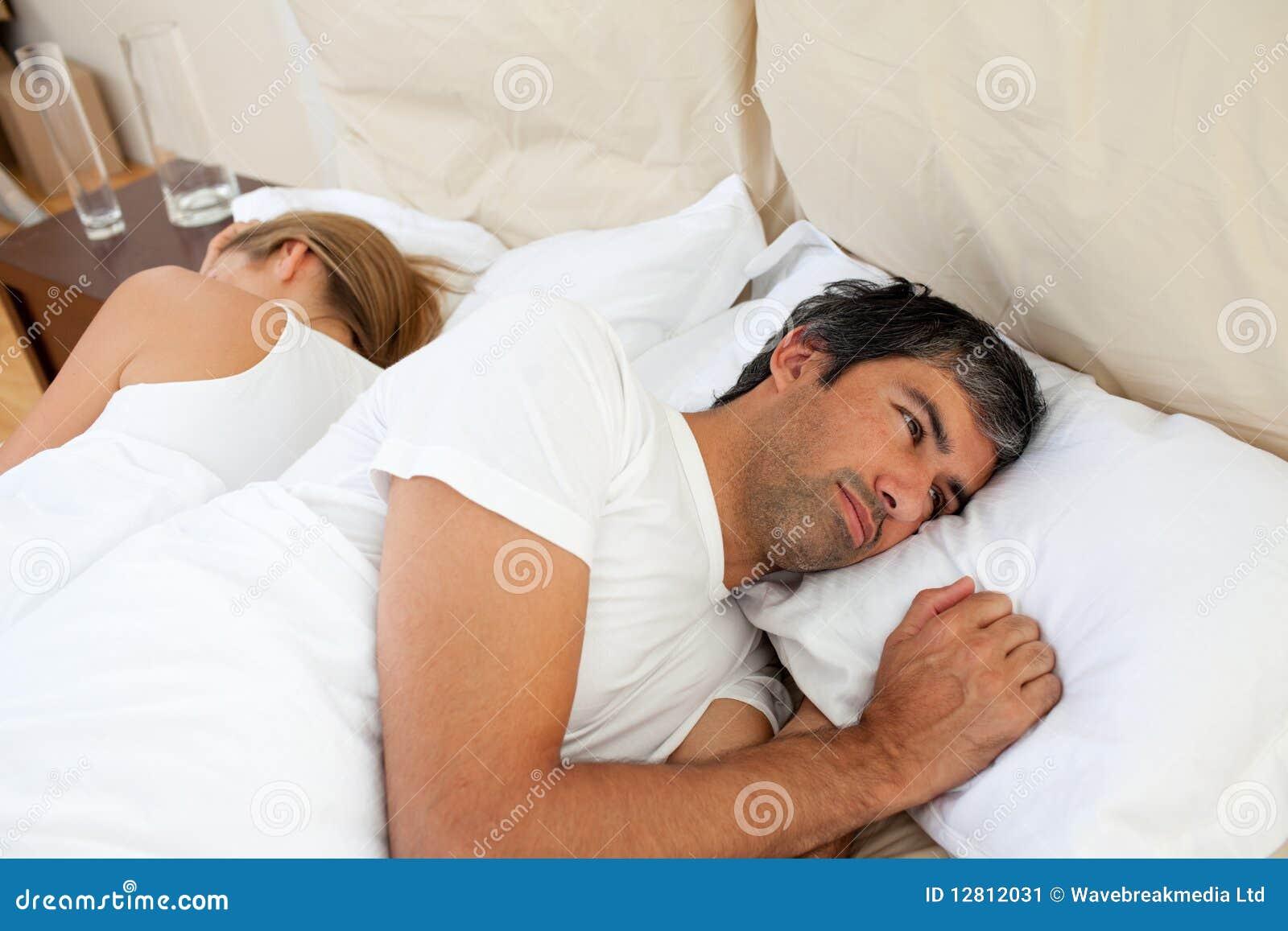 Närbild av par som har after ett argument