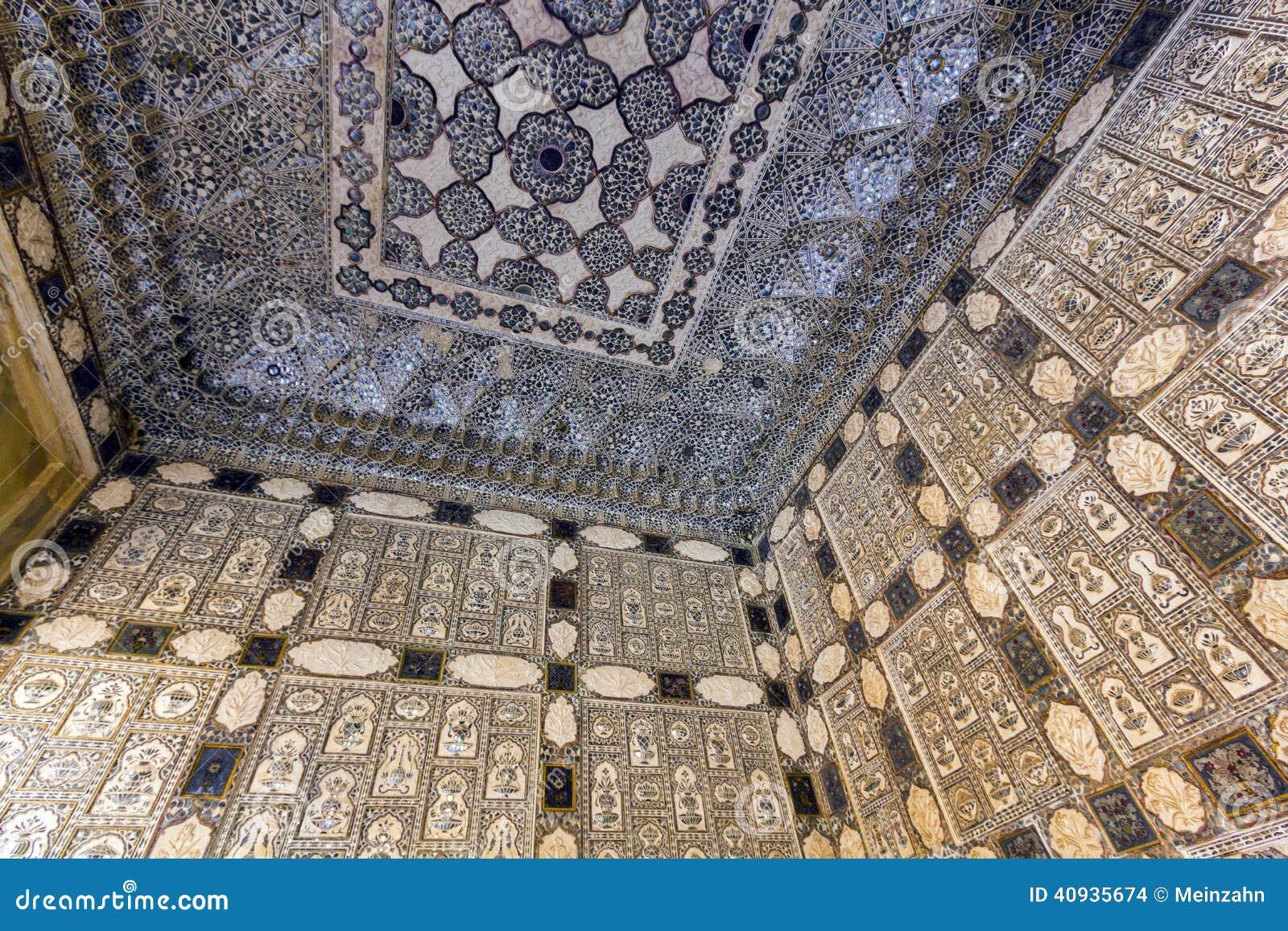 Närbild av rikt dekorerade väggar i bärnstensfärgat fort i Jaipur