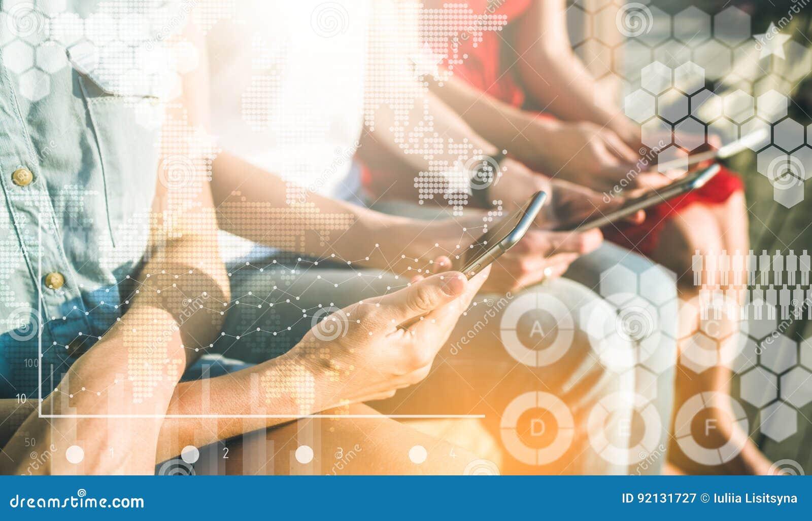 Närbild av smartphones i kvinnliga händer Grupp av kvinnor som sitter och använder mobiltelefoner