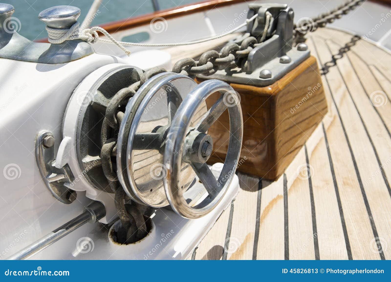 Närbild av vinschen på yachten