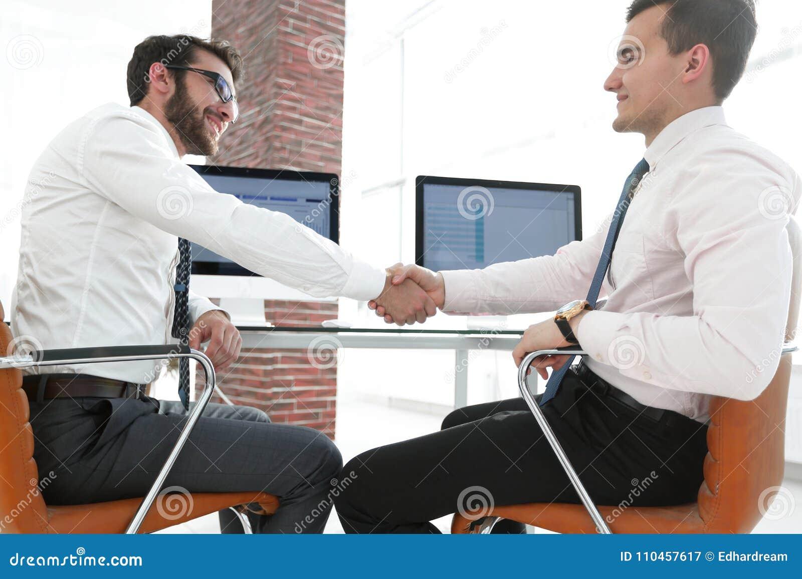 Närbild Handskakningaffärspartners