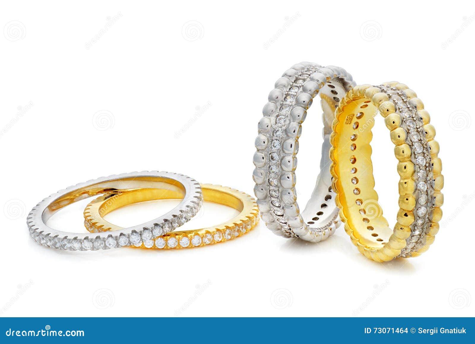 Närbild på fyra armband som göras av en guld och en silver med diam