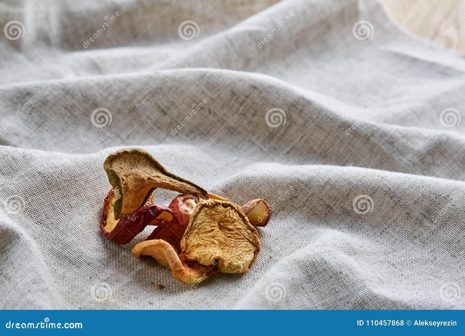 Närbildbild för bästa sikt av torkade äpplen på den ljusa bomullsbordduken, selektiv fokus