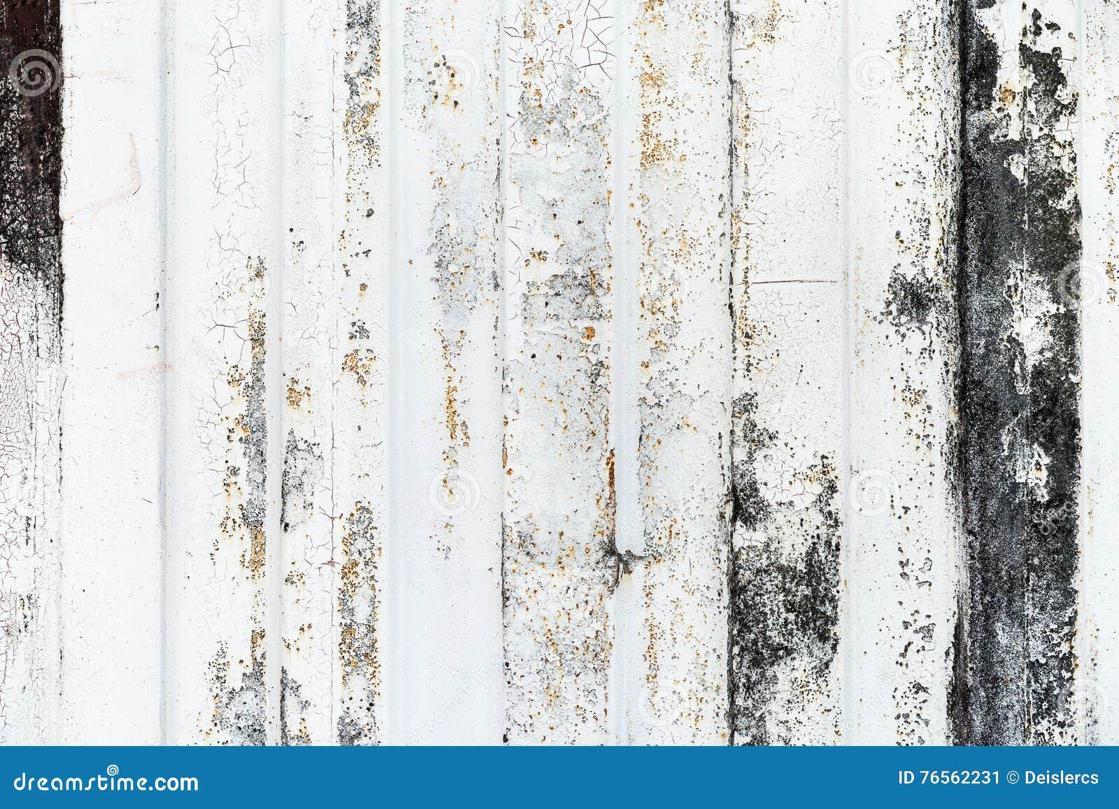 Närbilddetalj av grungemålarfärg på den rostiga väggen för vit metall