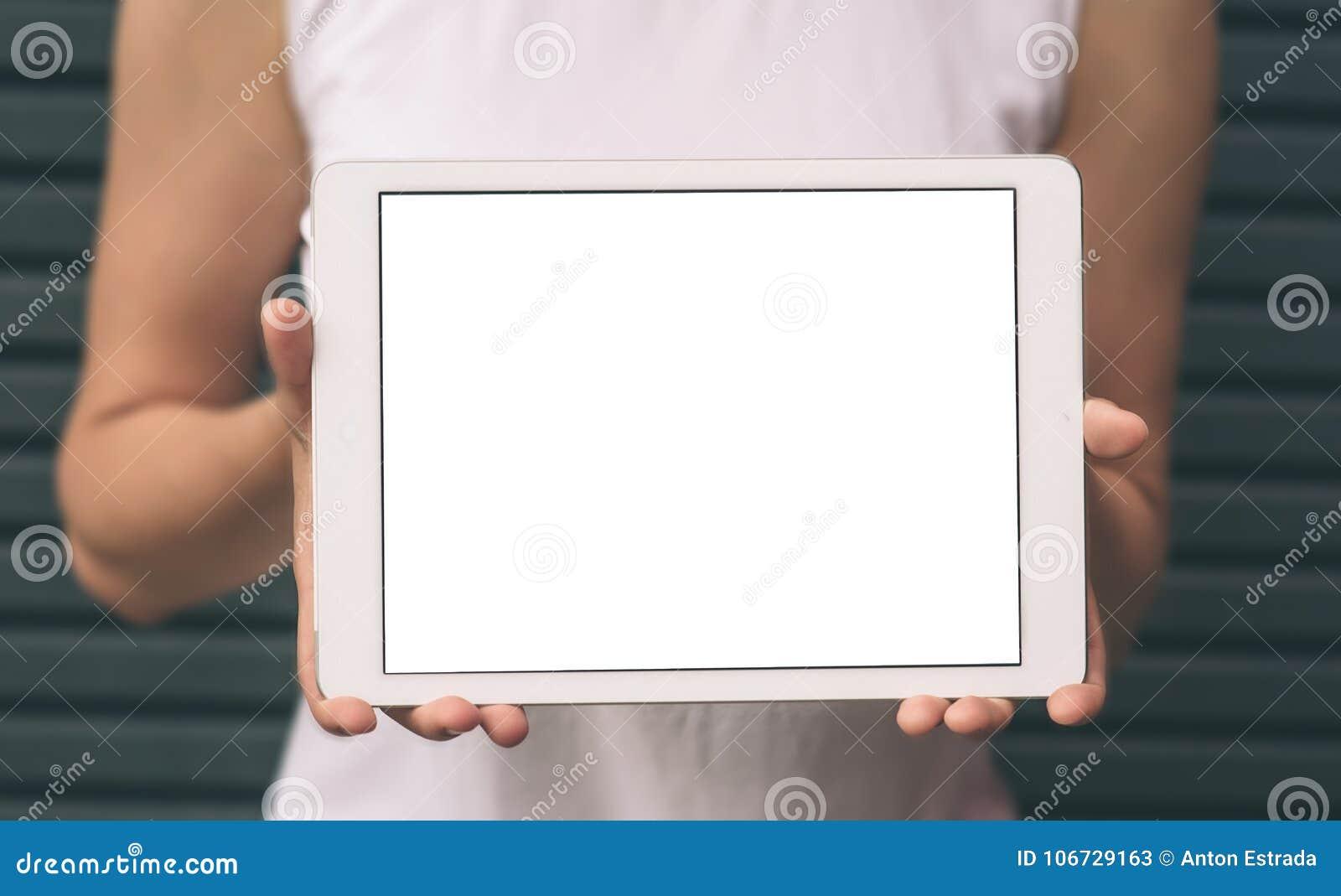 Närbilden av kvinnlign räcker visning och att använda den moderna digitala minnestavlan med den tomma skärmen för ditt textmeddel
