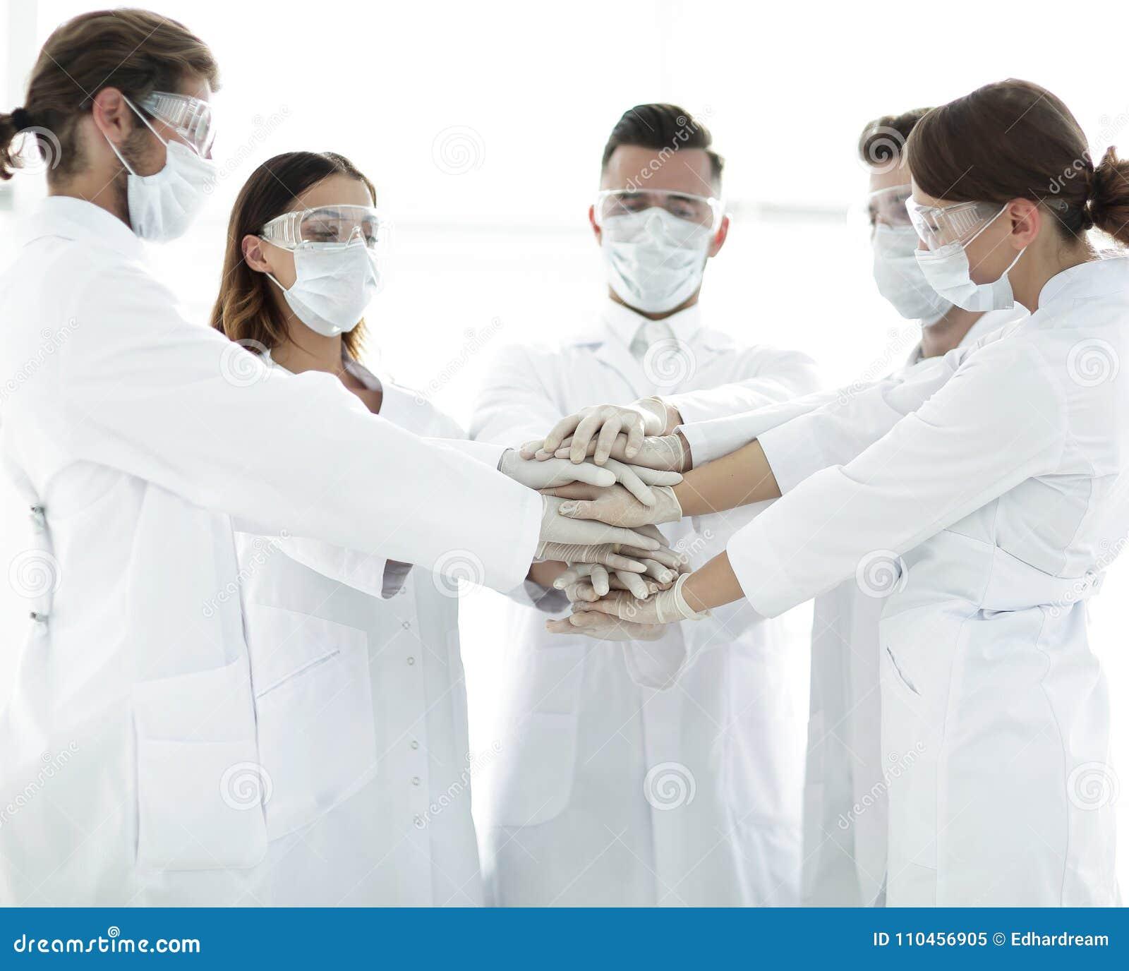 Närbildfoto av doktorer som staplar handen med Coworkers