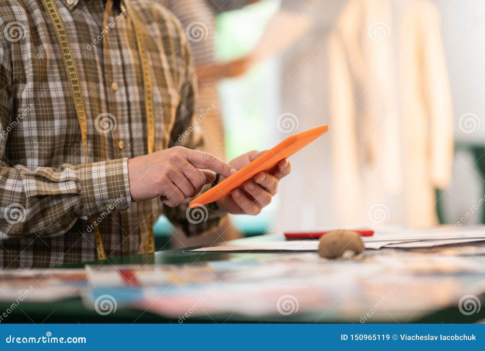 Närbildfoto av mannen som rymmer en minnestavla i händer
