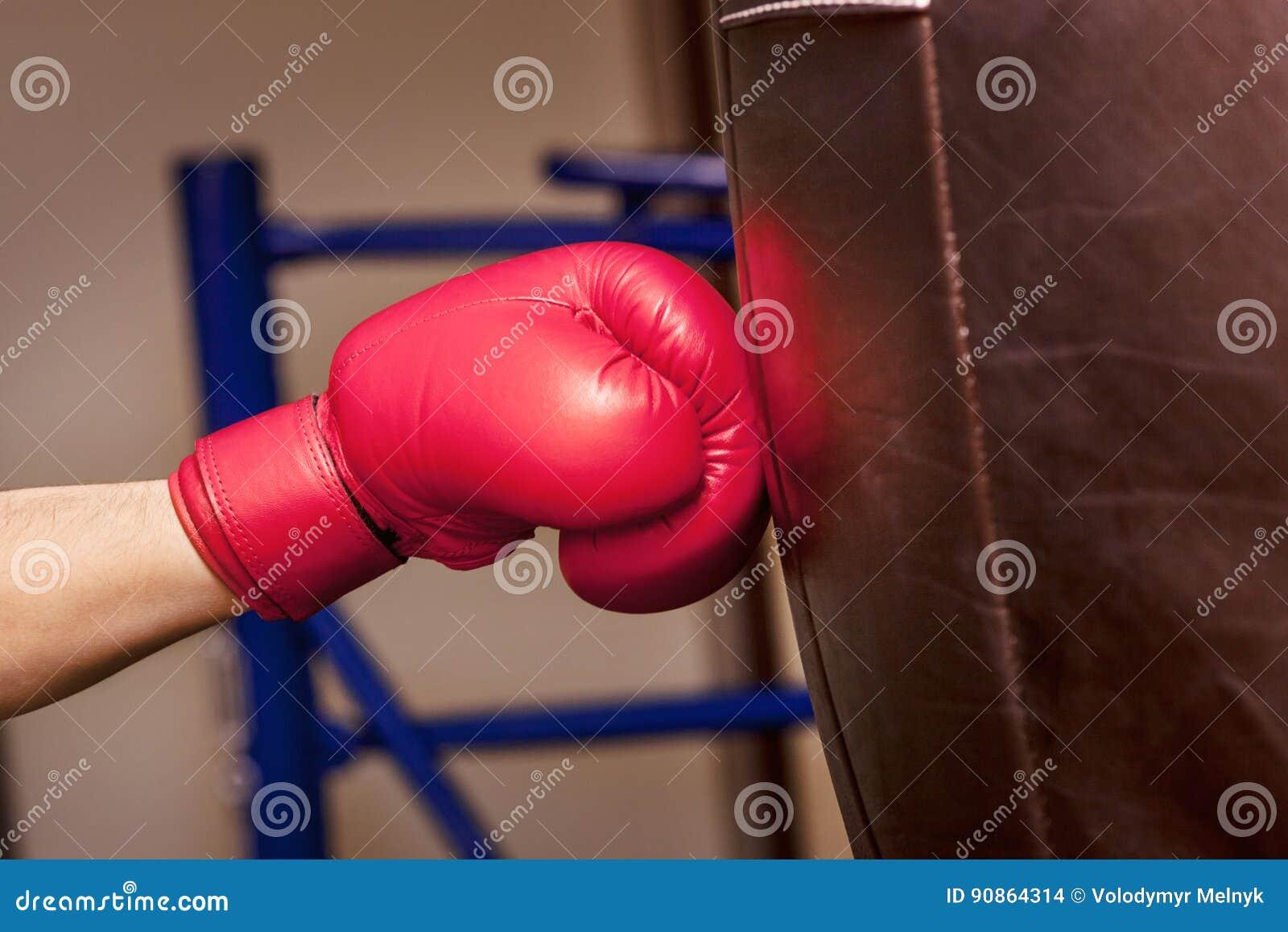 Närbildhand av boxaren just nu av inverkan på att stansa påsen