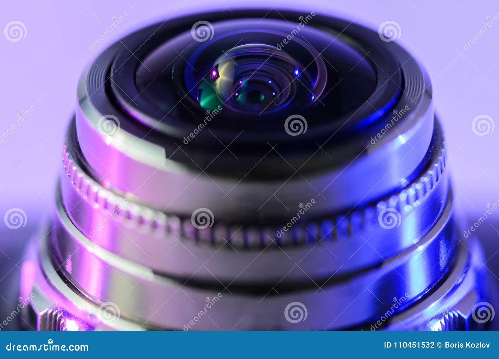 Närbildkameralins med violett-blått belysning Horisontalp