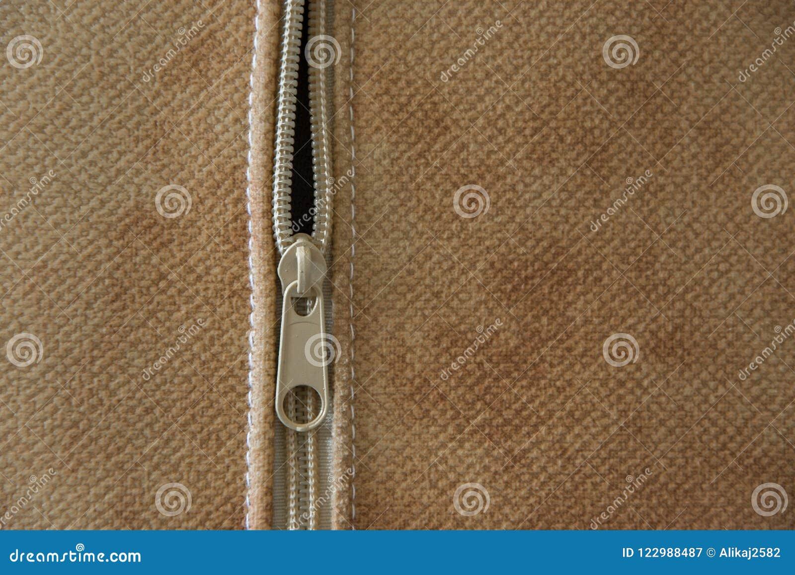 Närbildsikt av blixtlåset av en dekorativ kudde, begrepp - textilbransch för inredningar