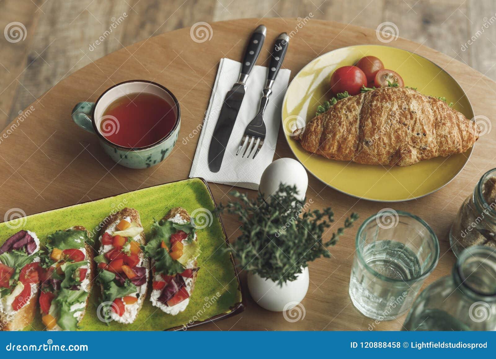 Närbildsikt av den gourmet- sunda frukosten med smörgåsar