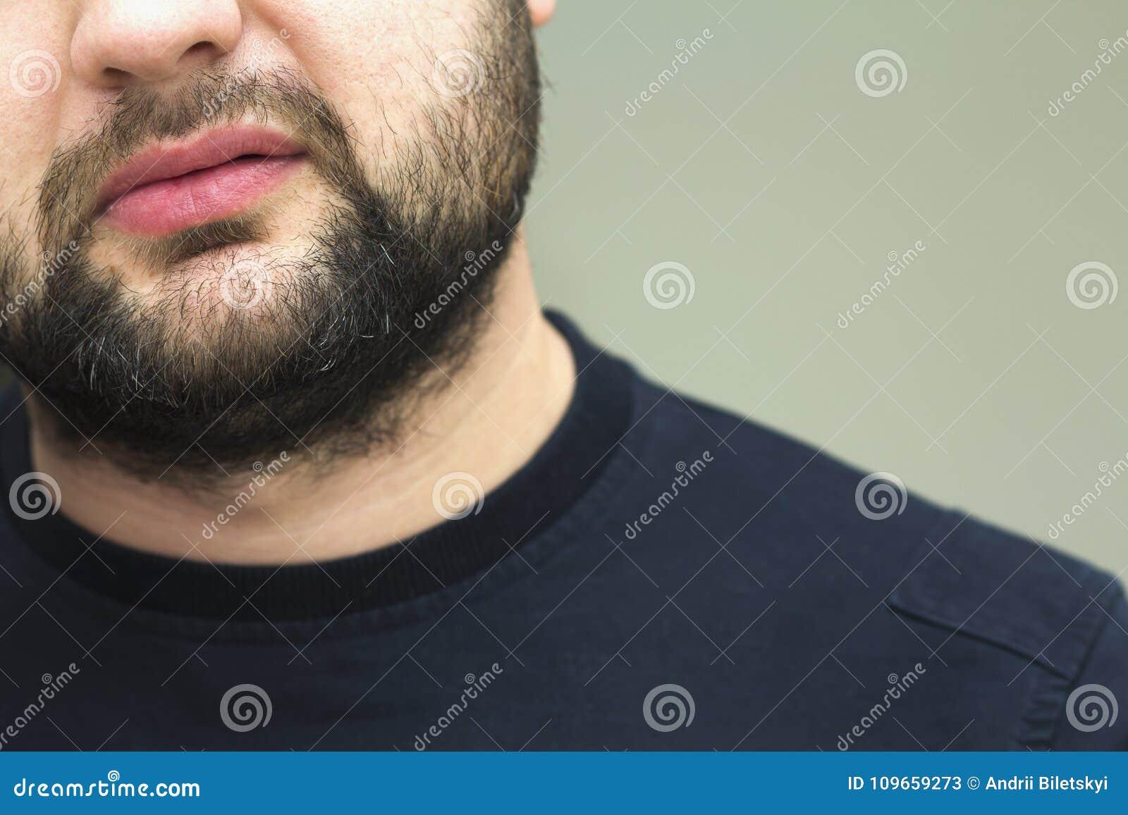 Närbildsikten av ett skägg av stiligt barn uppsökte mannen