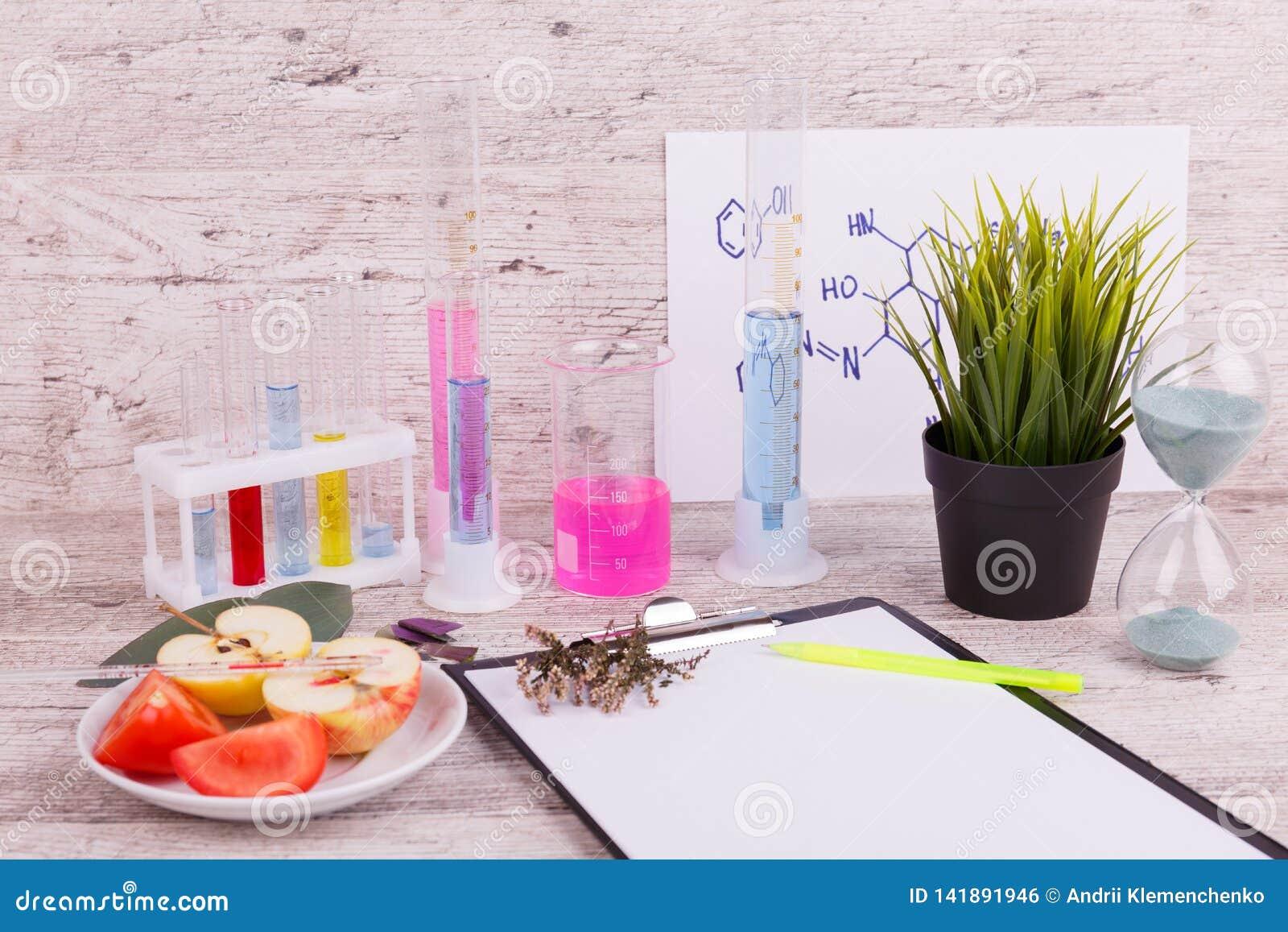 Närbildskrivbord av labbarbetaren Provrör och flaskor