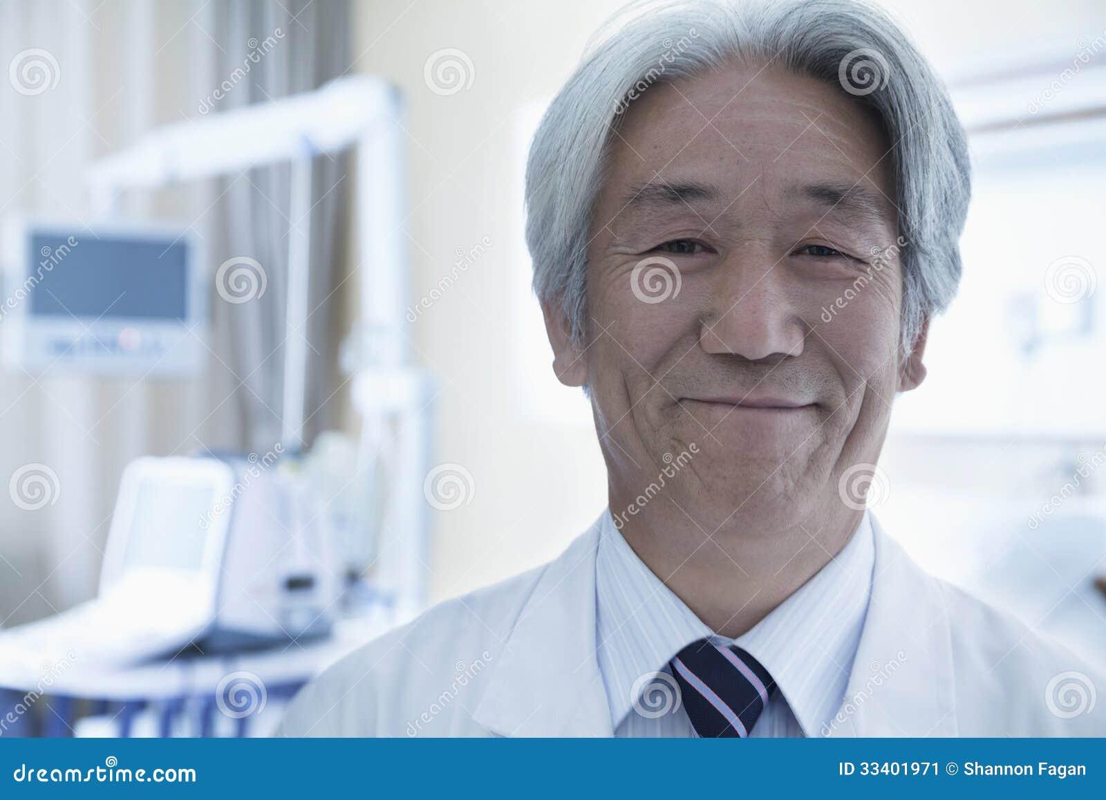 Närbildstående av den mogna manliga doktorn i sjukhuset