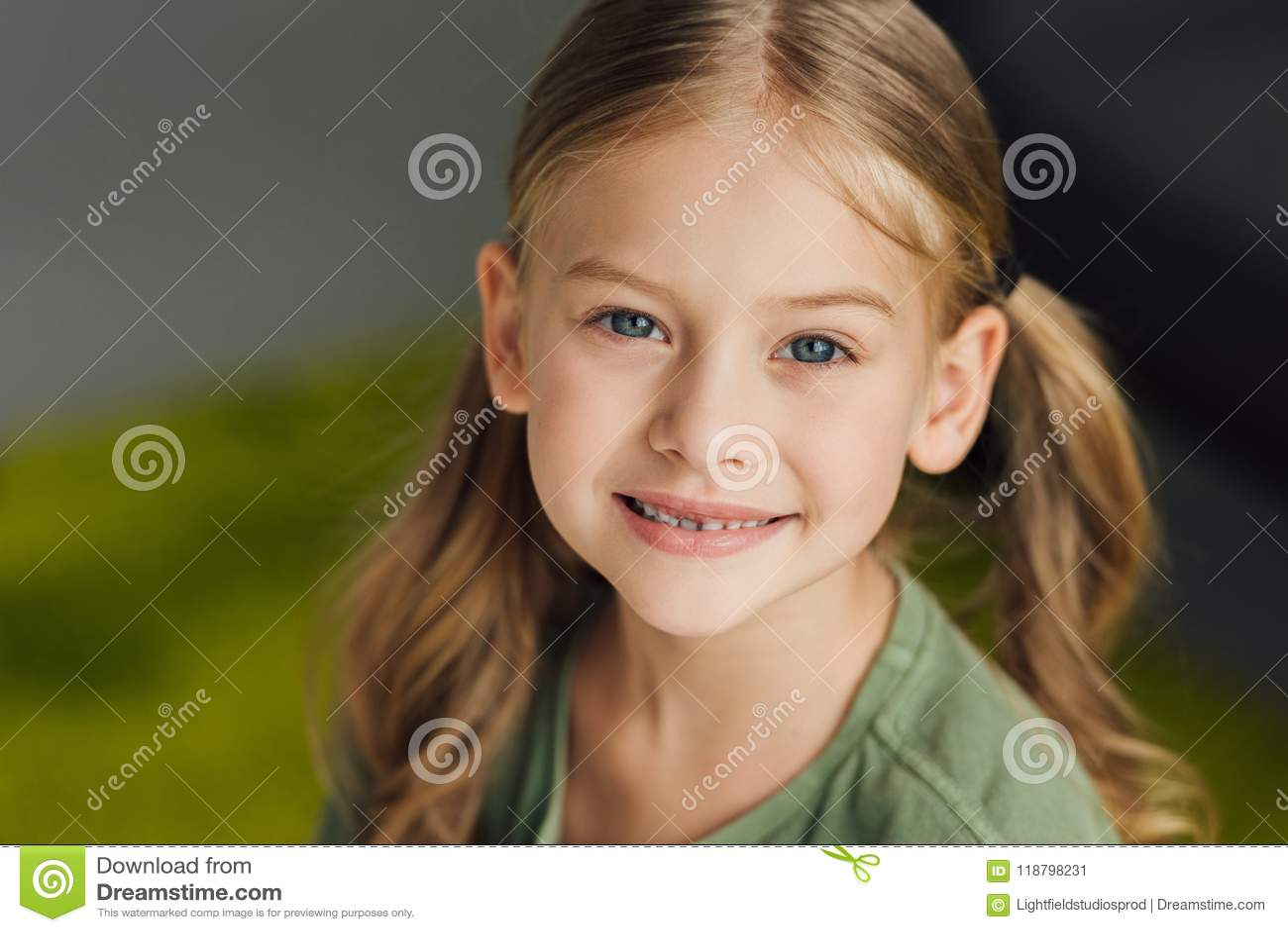 Närbildstående av det förtjusande lilla barnet