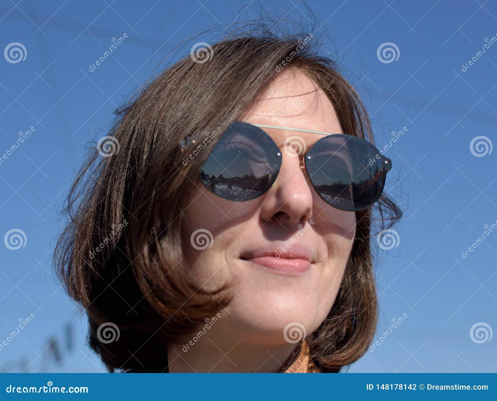 Närbildstående av en le turist för ung dam i St Petersburg Ryssland bärande solglasögon