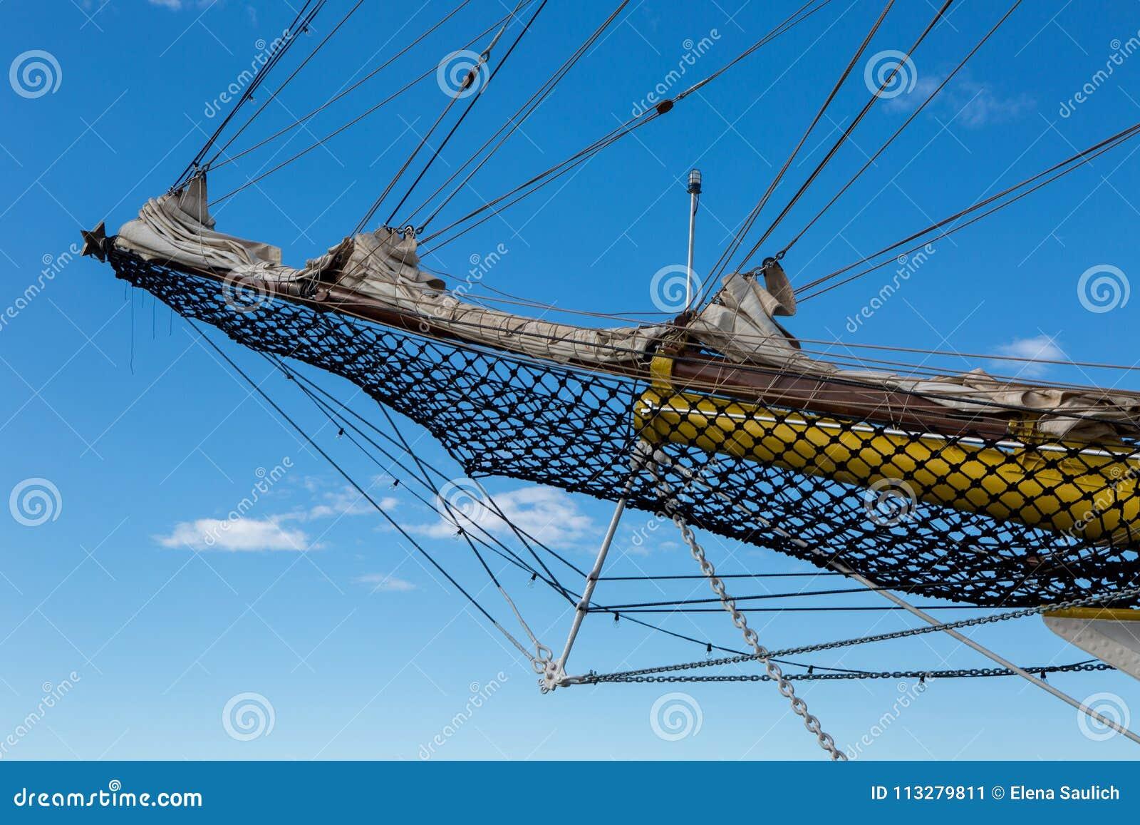 Näsa av ett stort vitt skepp