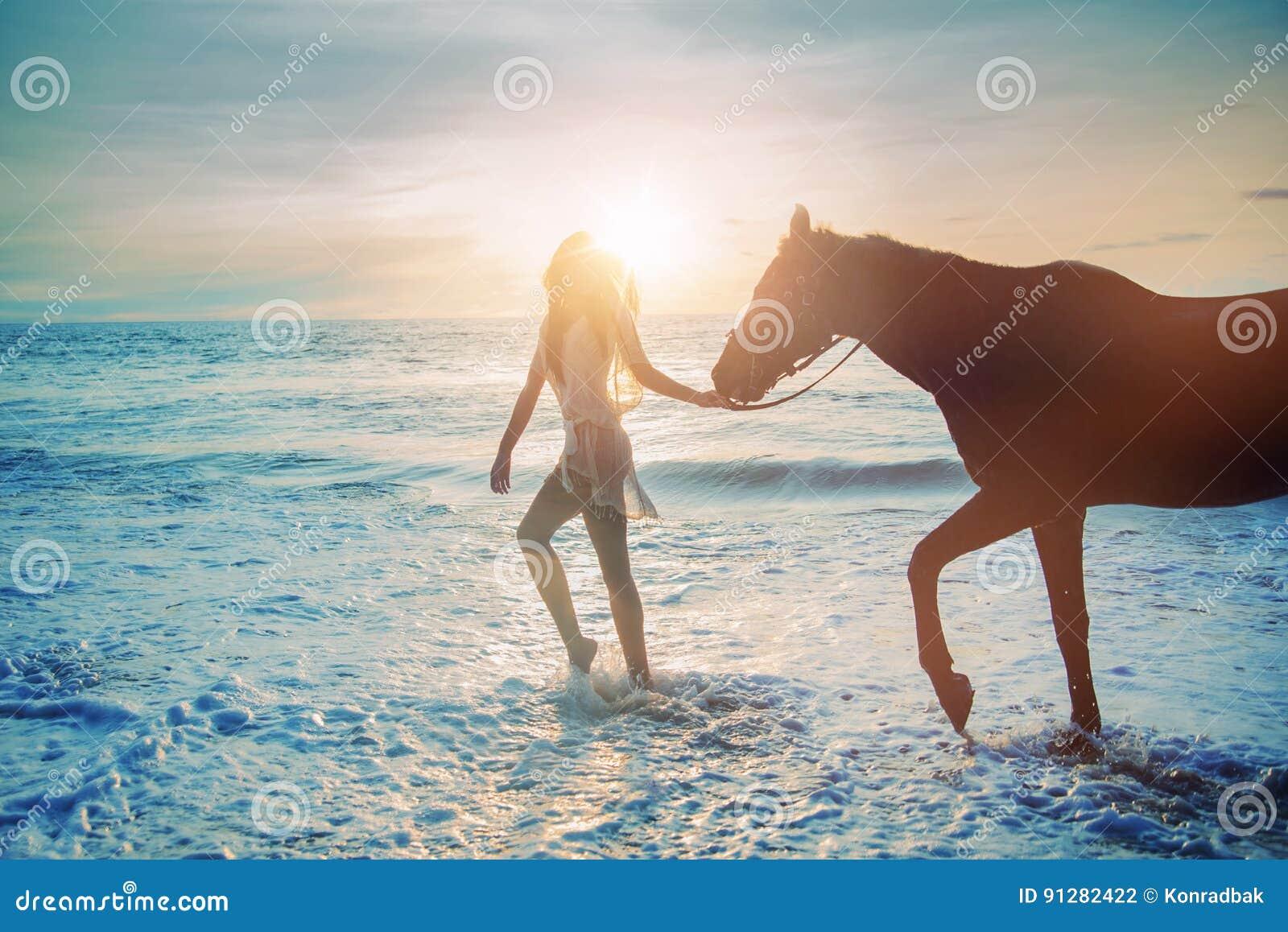 Nätt dam som går med den majestätiska hästen