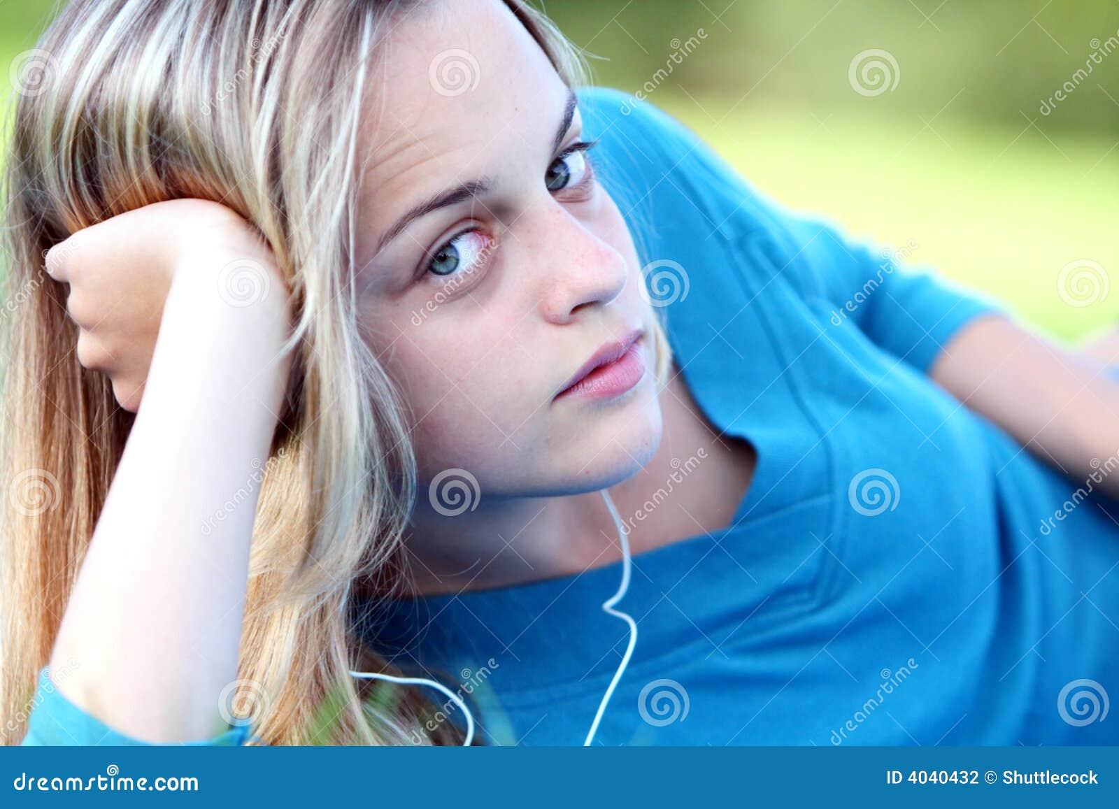 Nätt flicka i fjäder med musik