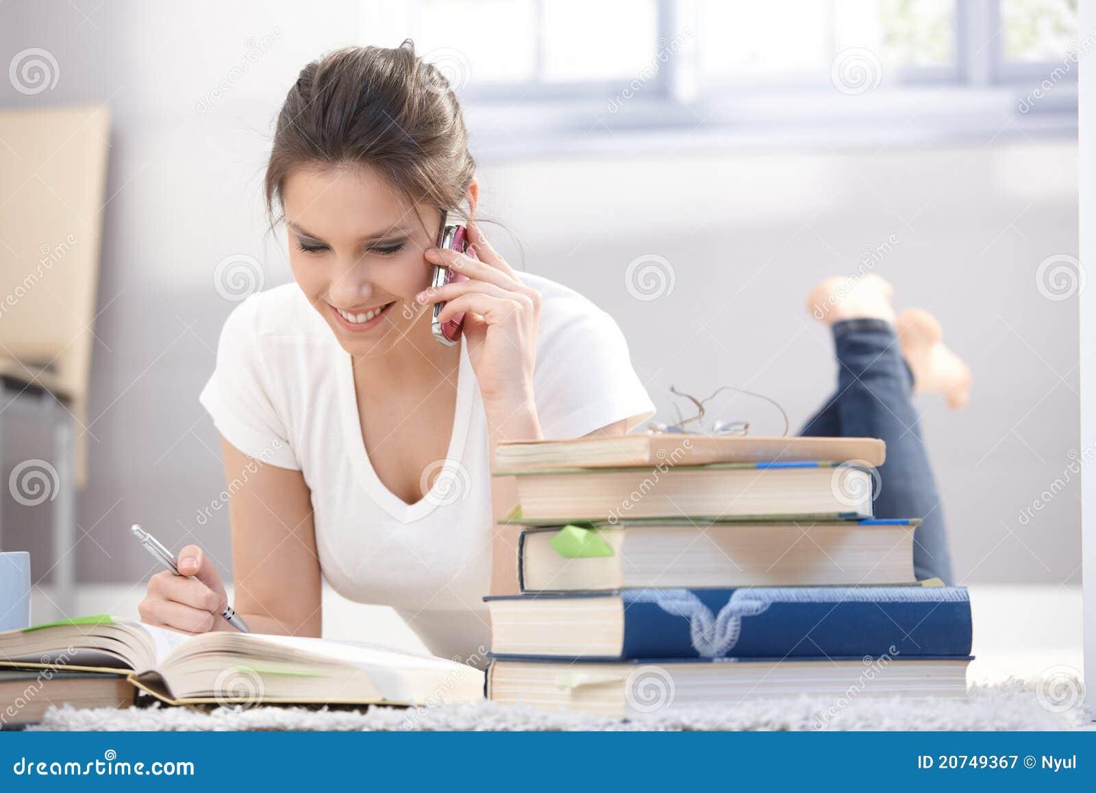 Nätt flicka som pratar på mobilt le