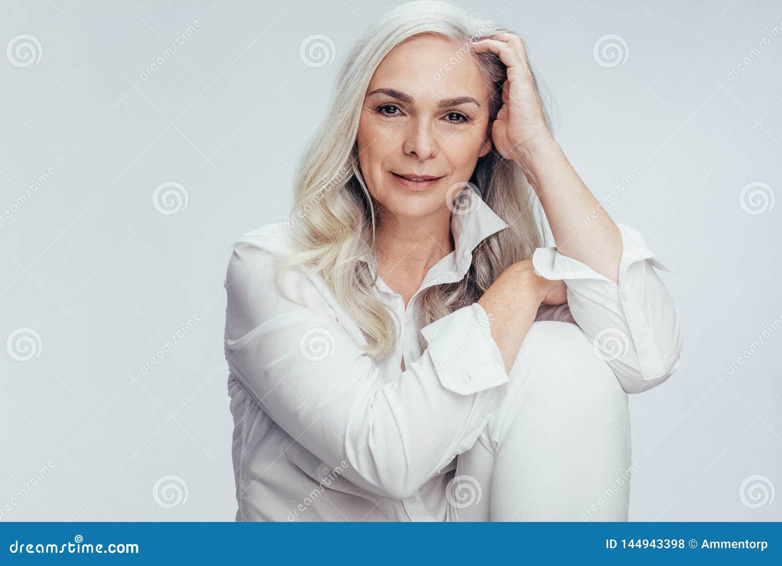 Nätt hög kvinna i vitt tillfälligt