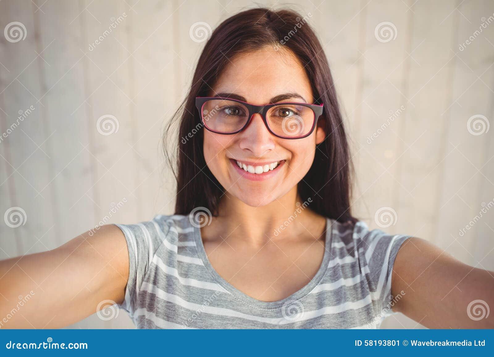 Nätt hipster som tar en selfie