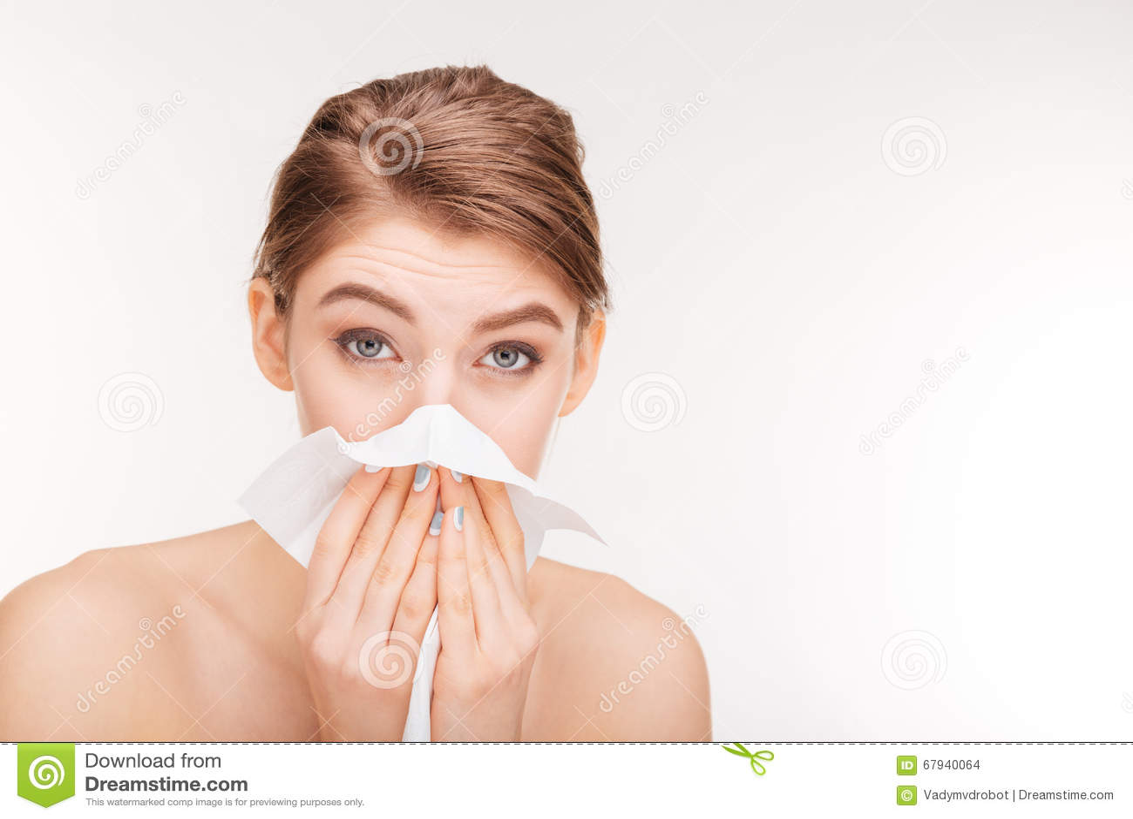 Nätt kvinna som blåser näsan och använder den pappers- näsduken