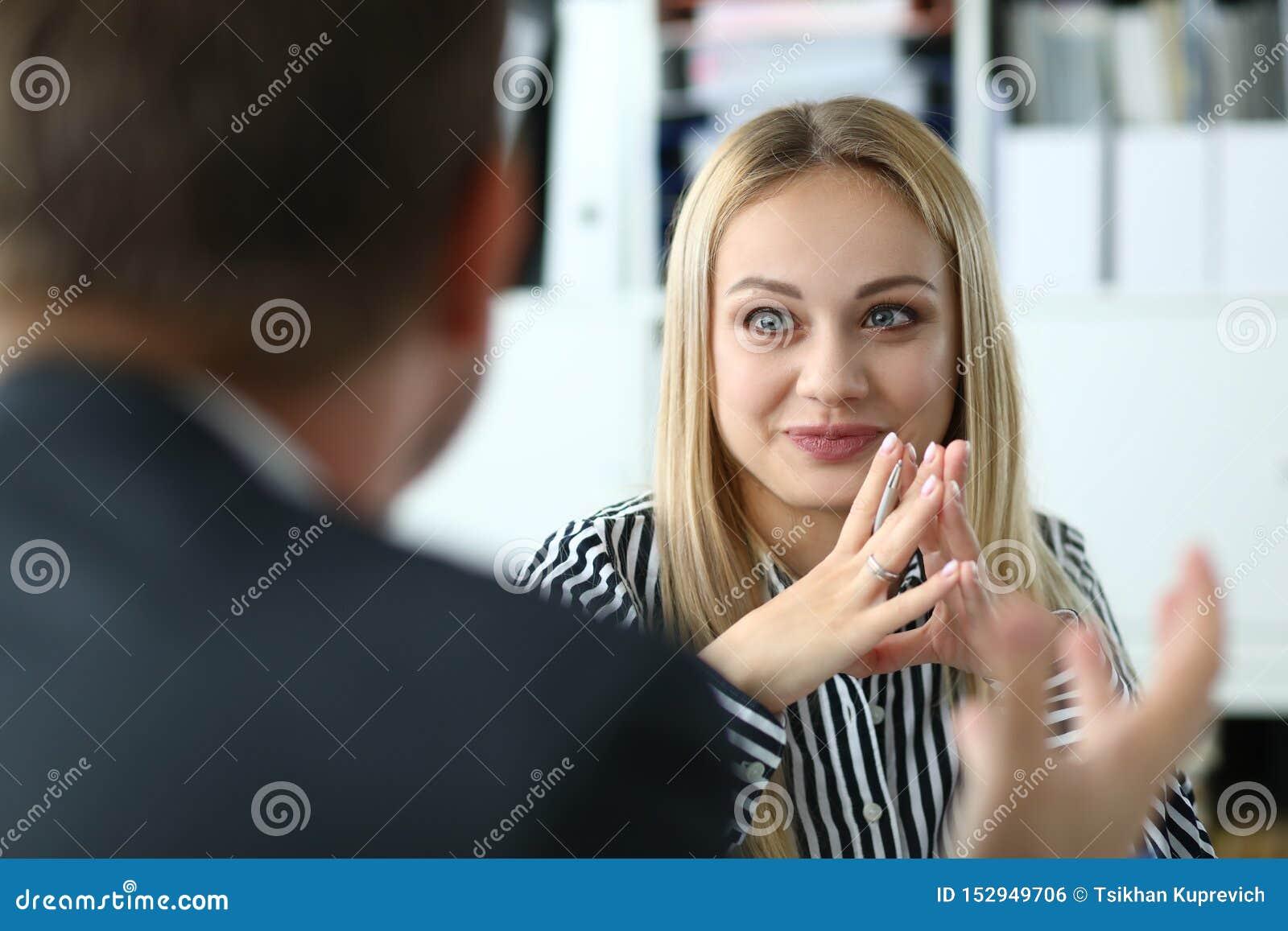 Nätt kvinnligt i mötesrum