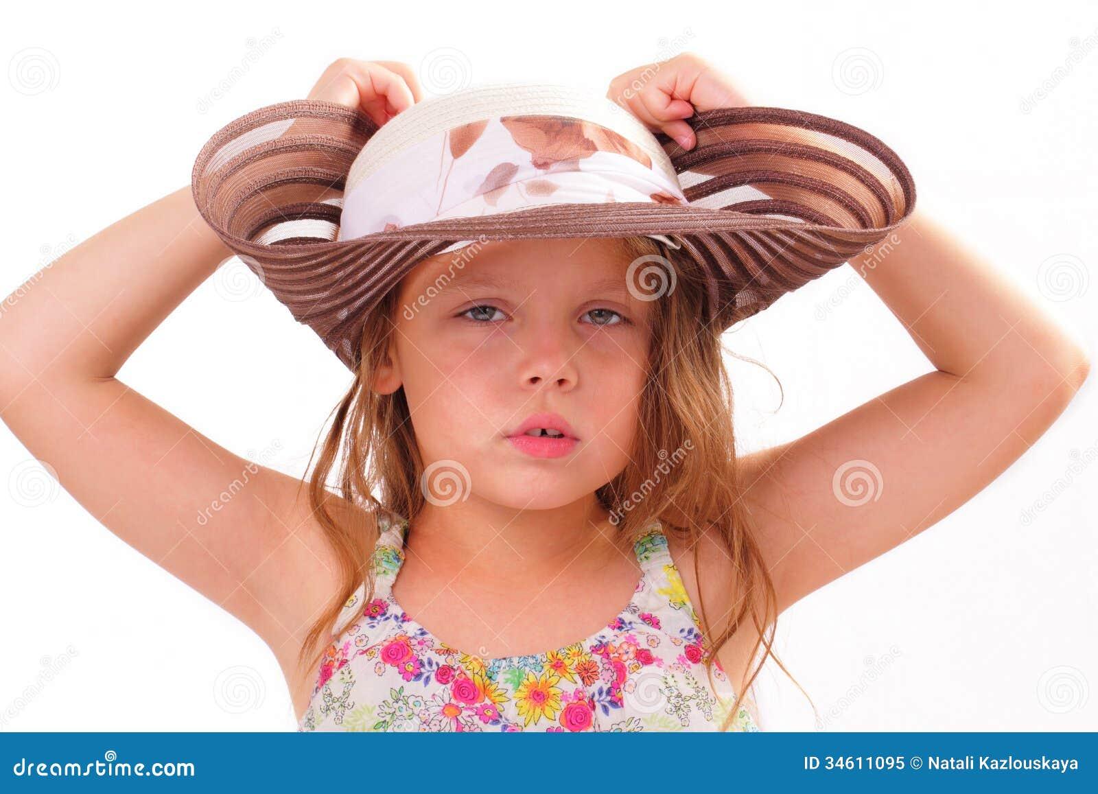 Nätt liten flicka i en stor hatt
