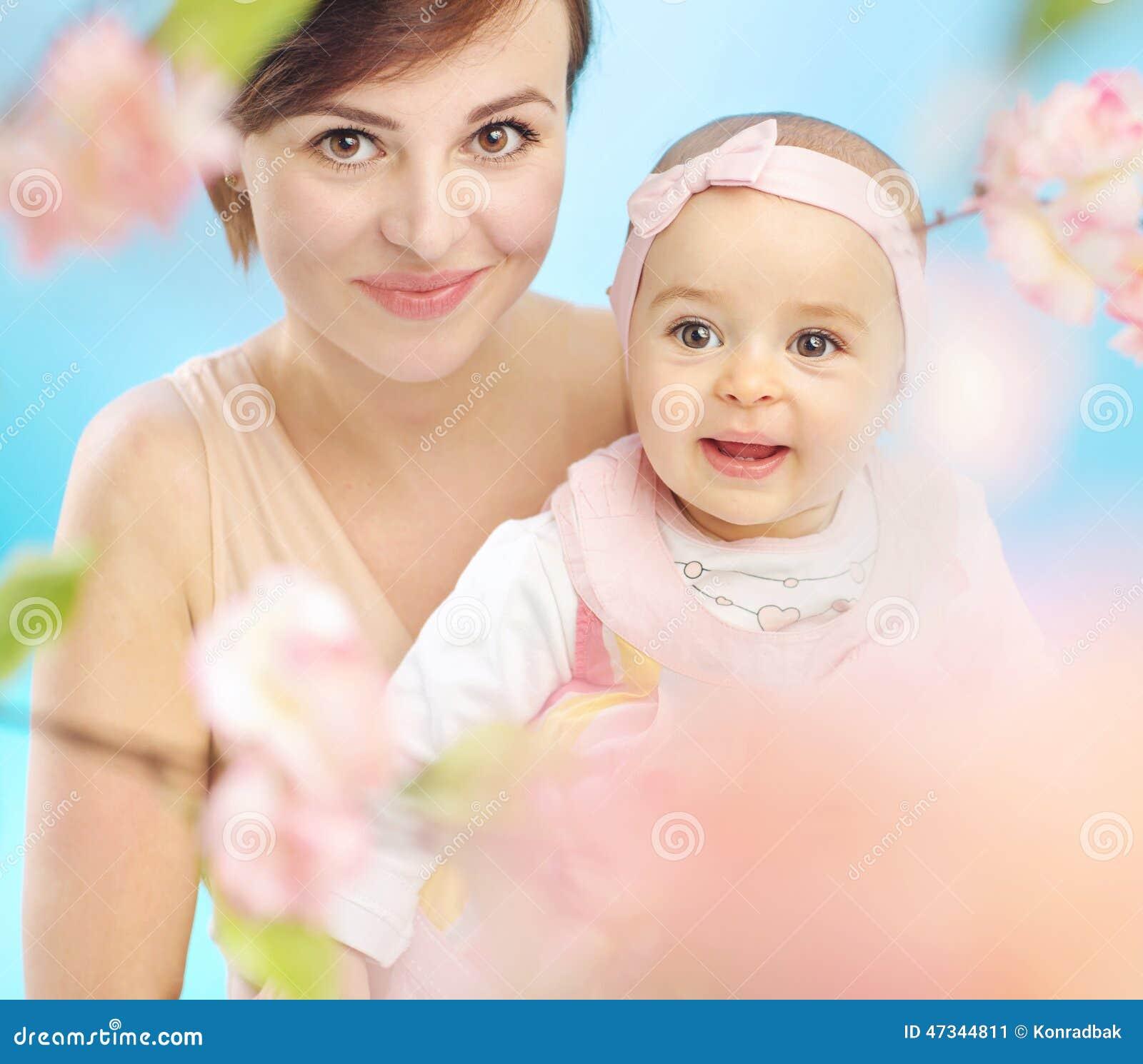 Nätt moder med det gulliga barnet