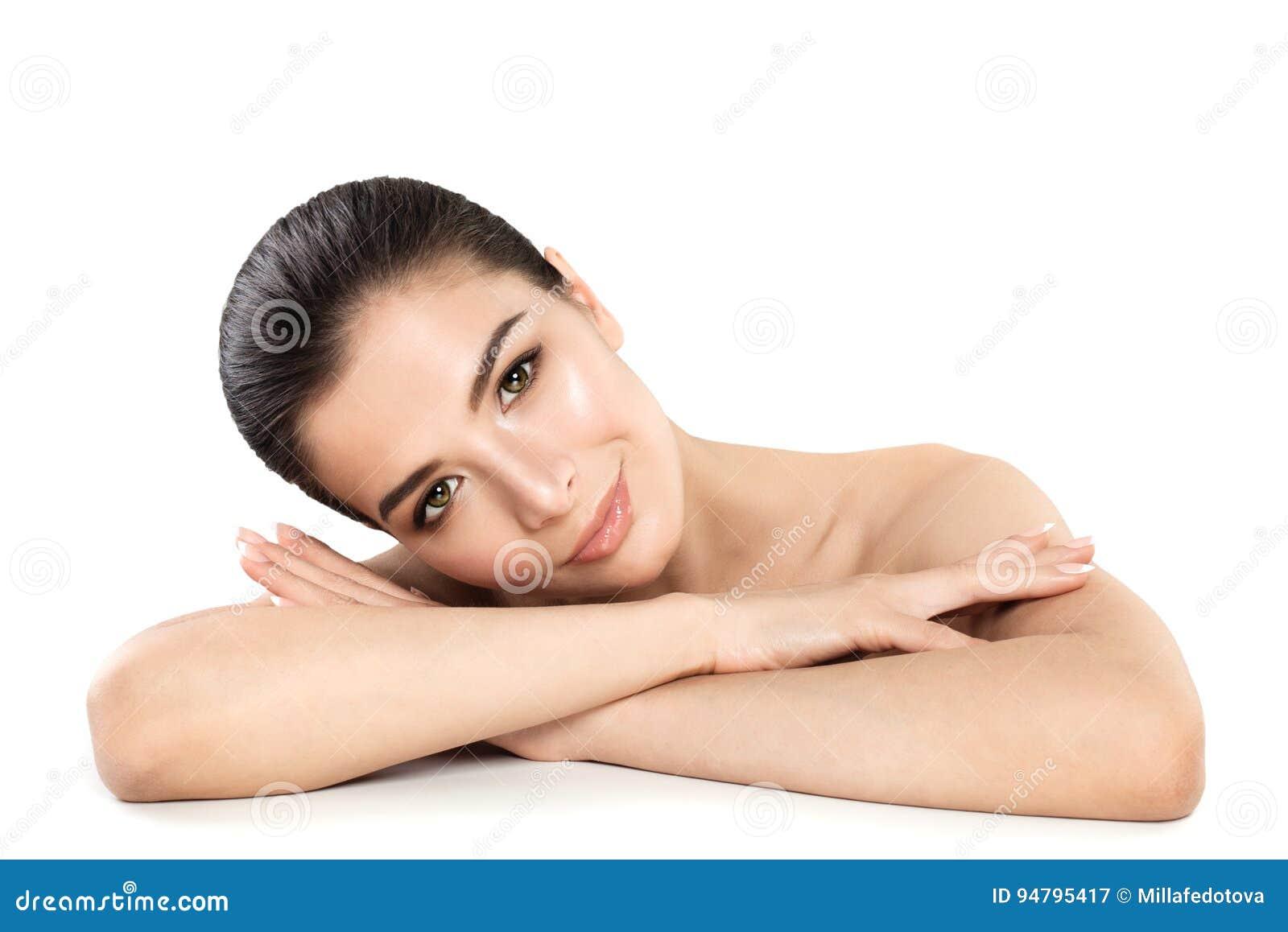 Nätt Spa för ung kvinna modell Le kvinnan som kopplar av på vit
