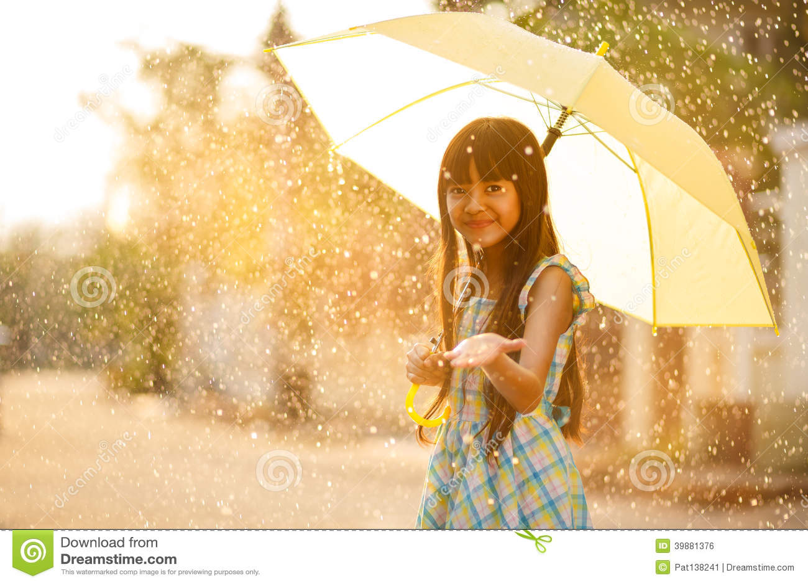 Nätt ung asiatisk flicka i regnet