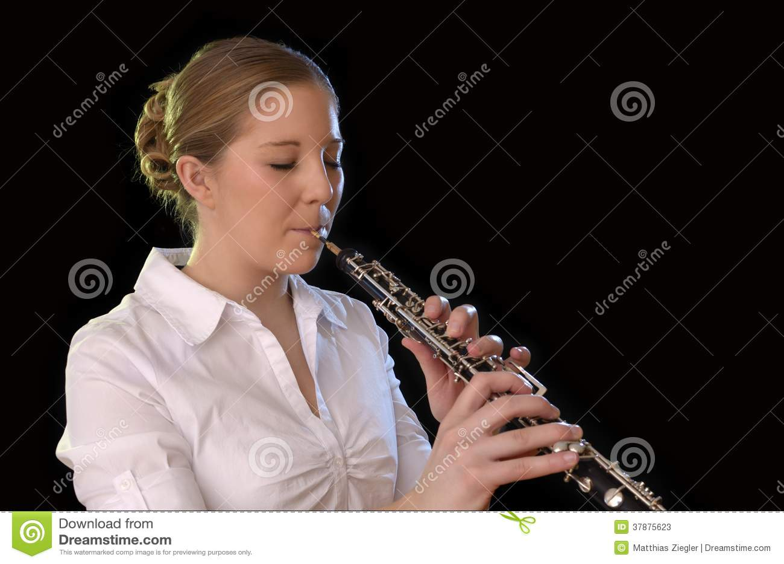 Nätt ung kvinna som spelar oboen