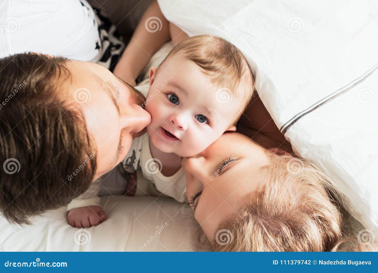 Nätt yong familj i säng