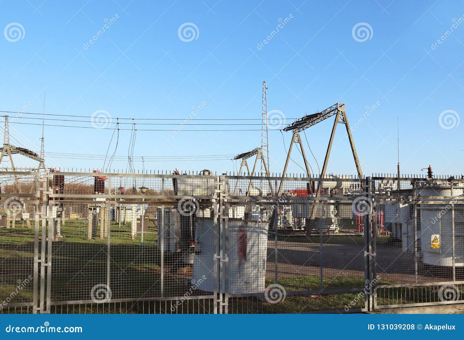 Nätverk för hög spänning för transformatoravdelningskontor elektriskt Industriell energi Metallstrukturer i det öppet Isolatorer