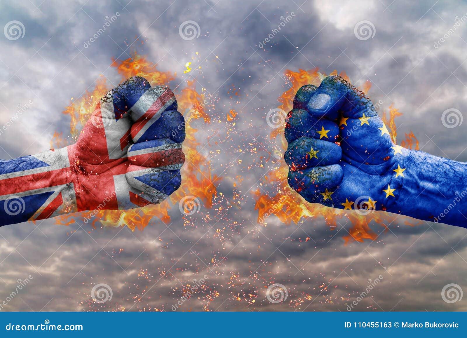 Näve två med flaggan av Förenade kungariket och EU vände mot på de