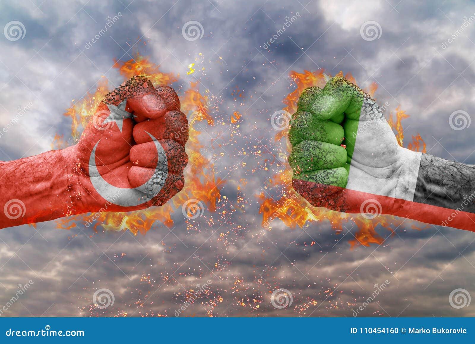 Näve två med flaggan av Turkiet och Förenade Arabemiraten vände mot på de