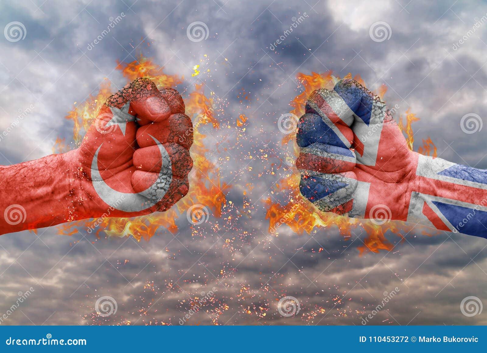 Näve två med flaggan av Turkiet och Storbritannien vände mot på de