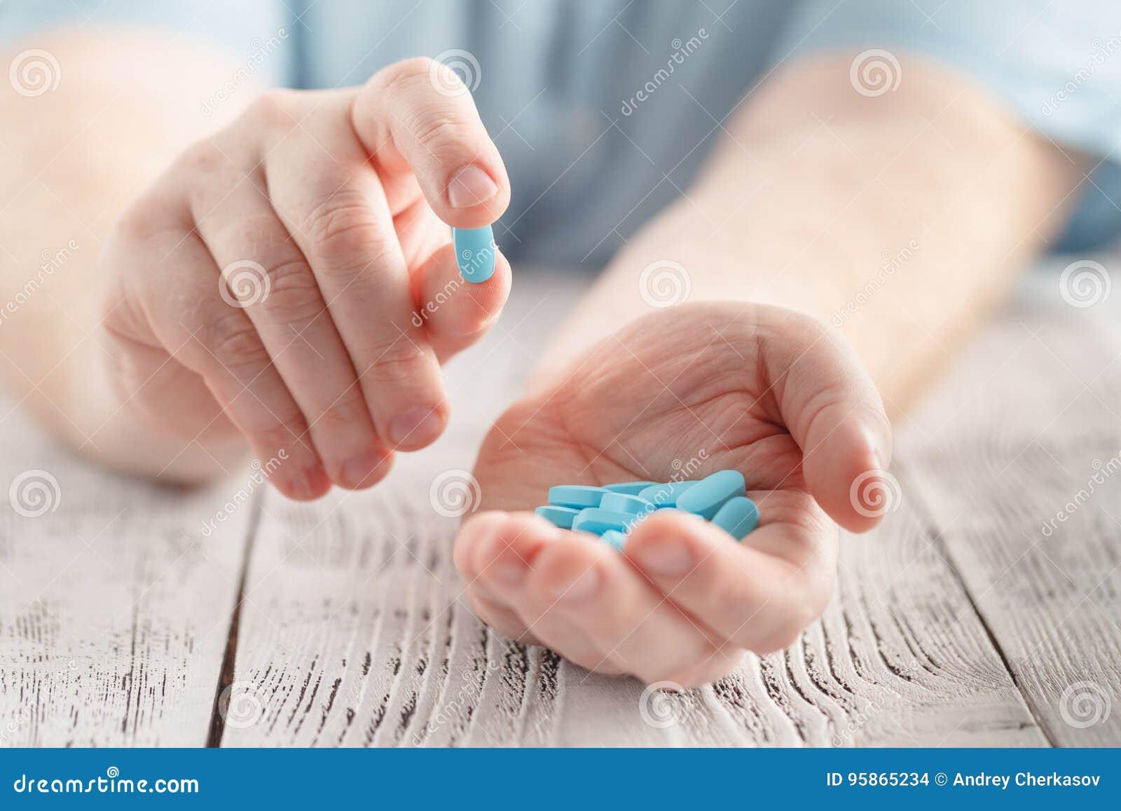 Någon som rymmer en hand full av medicinska preventivpillerar