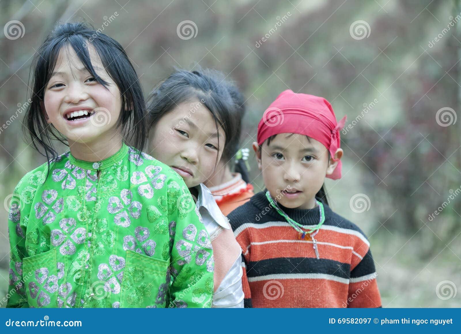 Några barn för etnisk minoritet på den Lung Cam byn