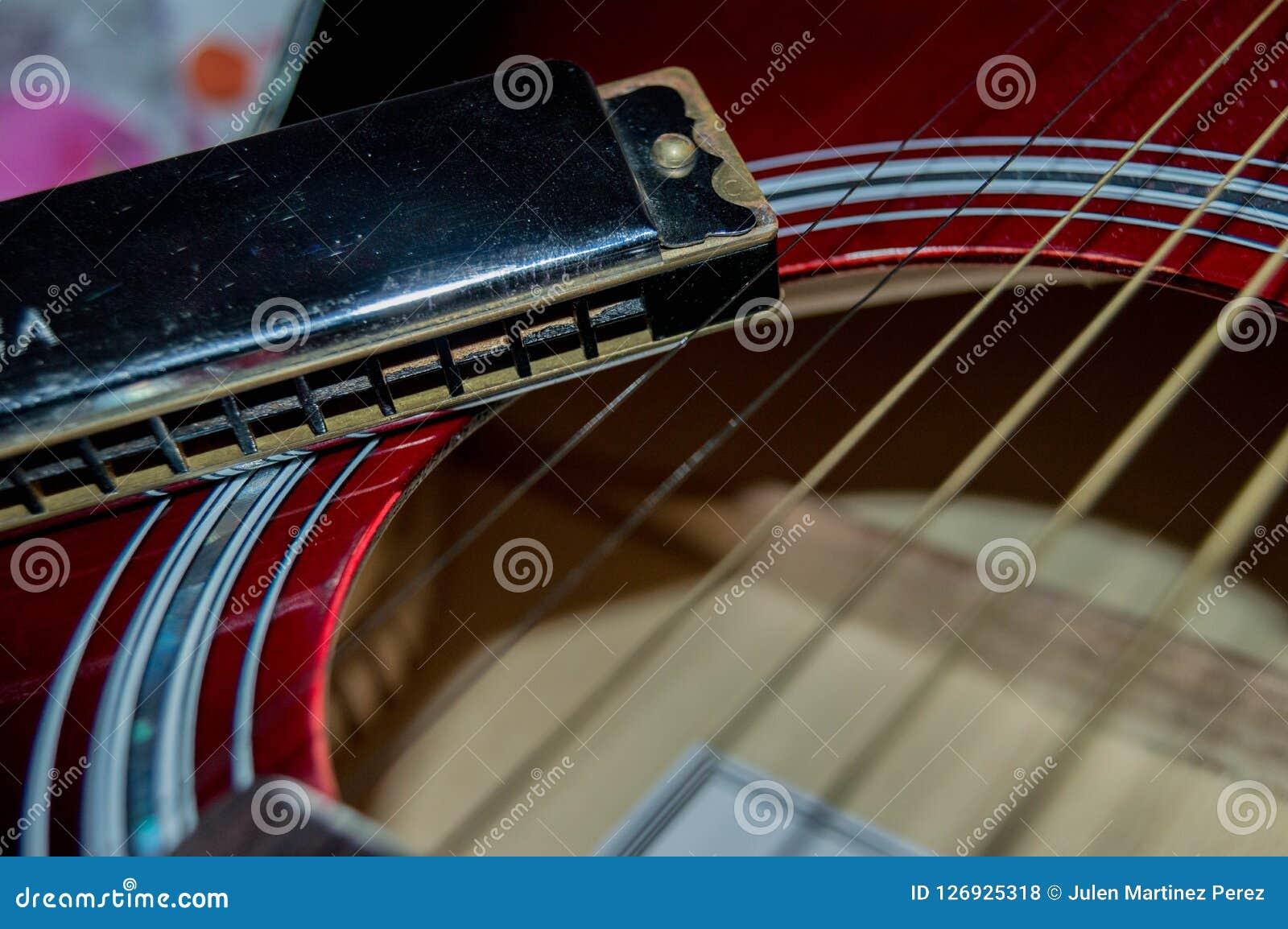 Några gitarrrader bredvid en munspel