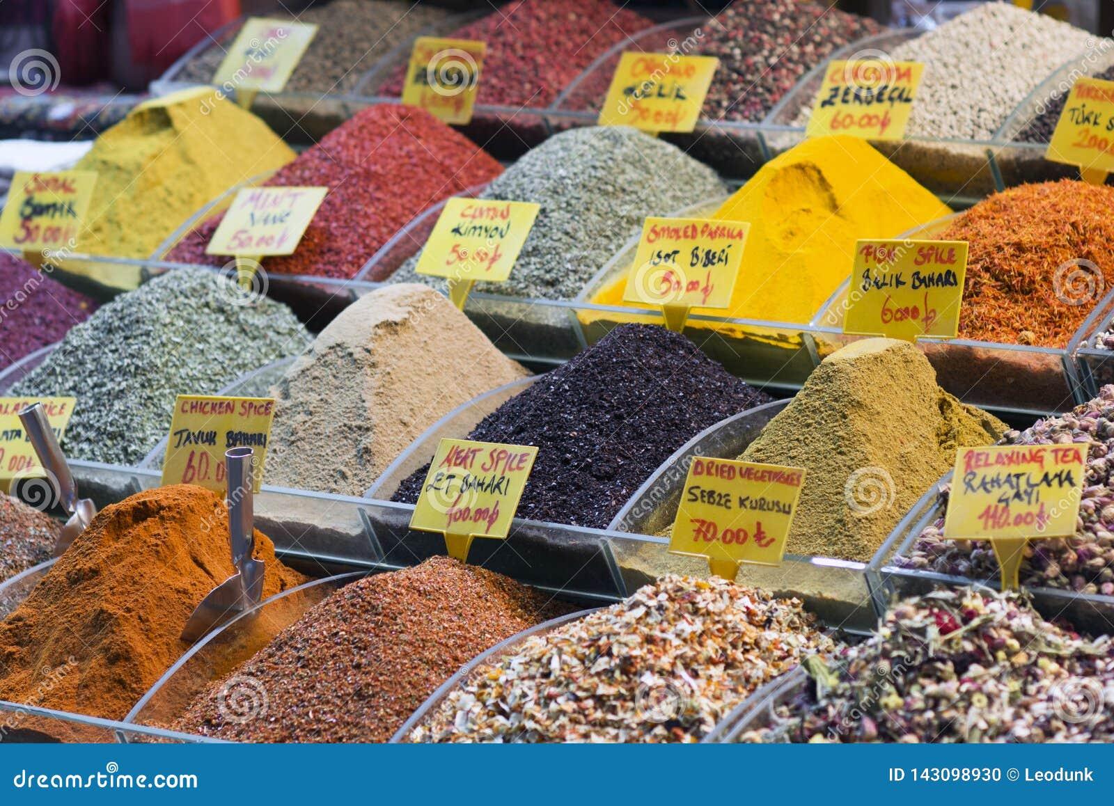 Några turkiska kryddor i den storslagna kryddabasaren Färgrika kryddor i försäljning shoppar i kryddamarknaden av Istanbul, Turki
