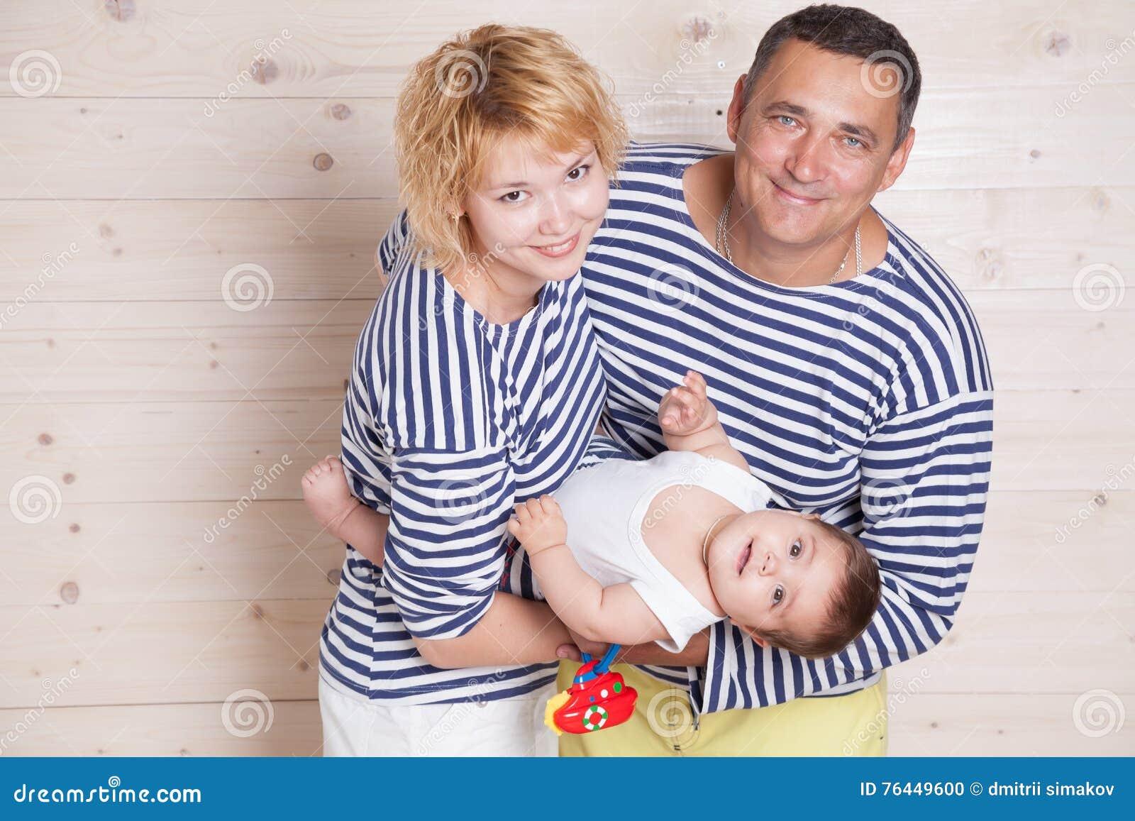 Néanmoins parents avec le petit enfant