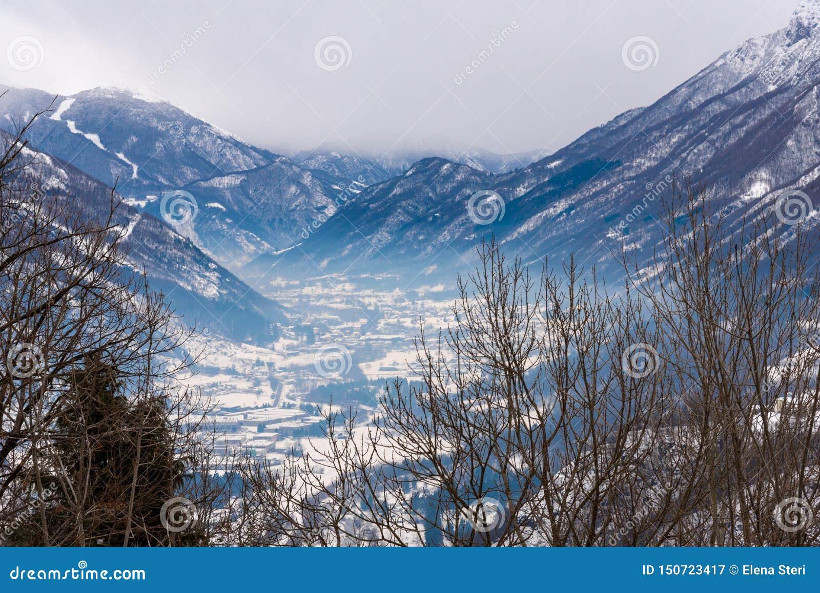 Névoa em um vale nevado