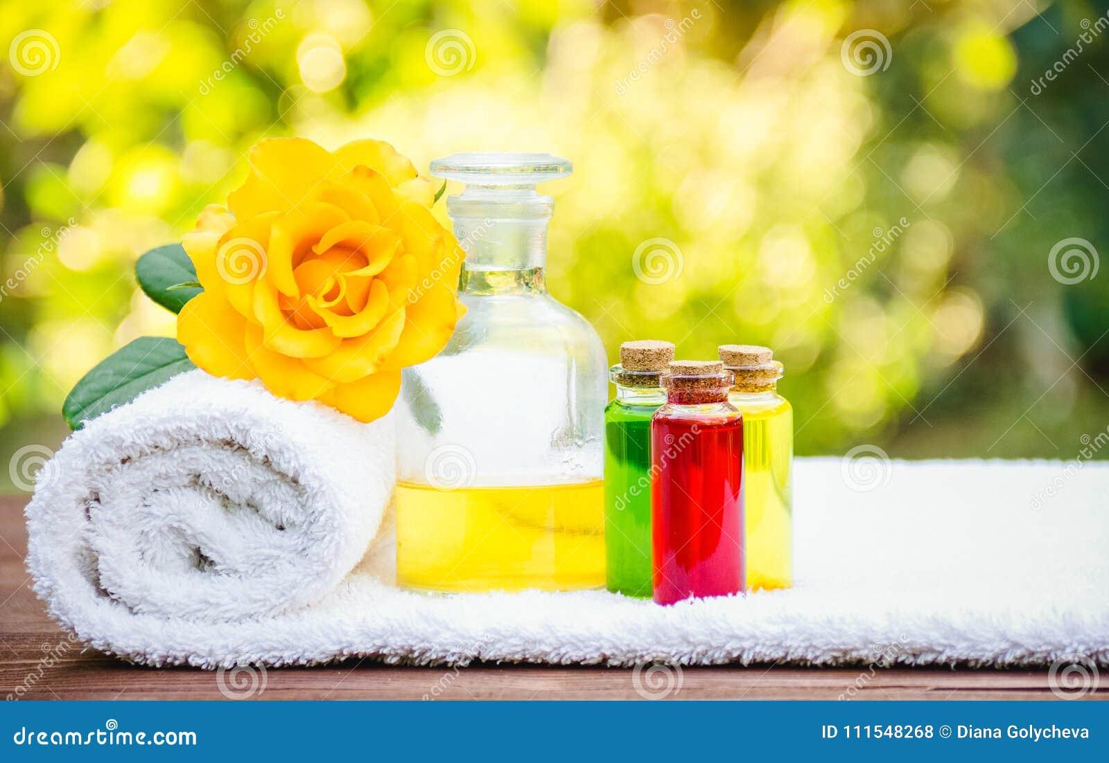 Nödvändig olja och en mjuk vit handduk Tvål-, handduk- och blommasnowdrops Aromatherapy och massage