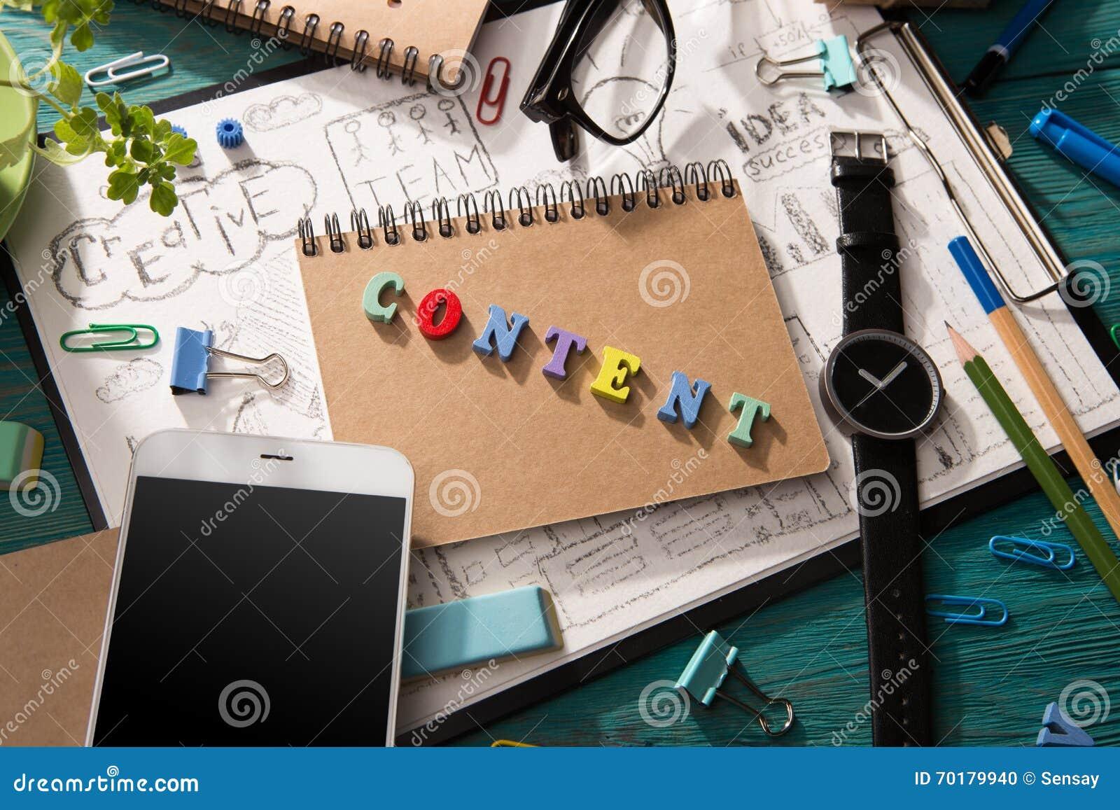 Nöjt begrepp - inskrift på skrivbordet